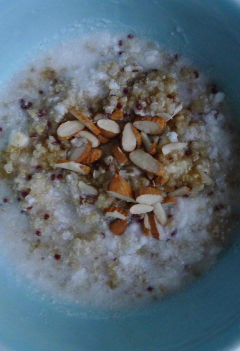 quinoagrød med kokosmælk, vanilje og kardemommesirup
