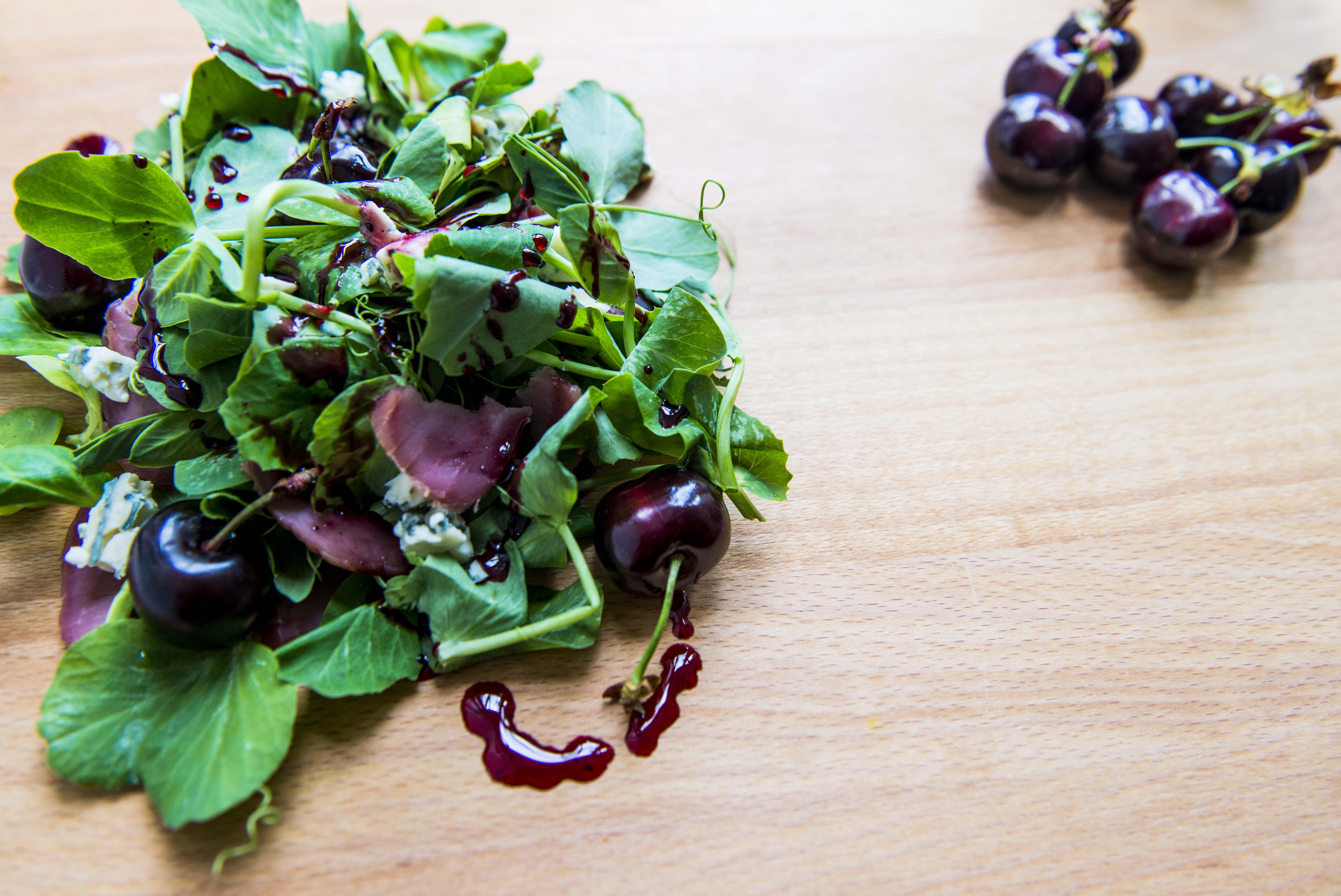 sexet salat med røget mørbrad og kirsebærglace