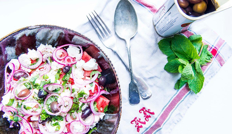 vandmelonsalat med mynte og limesyltede rødløg