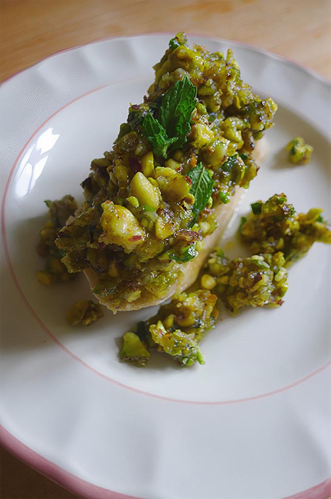 pistaciepesto med bagt hvidløg og mynte
